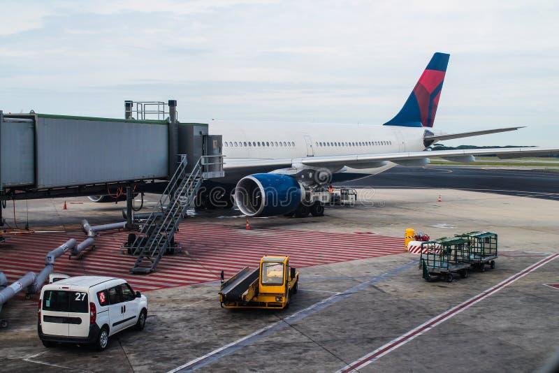 Flygplats - terminal - lopp - flygtransport fotografering för bildbyråer
