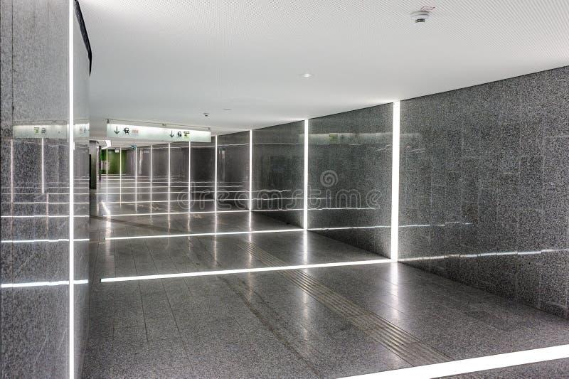 Flygplats Wien, Österrike korridor in mot drevstationen royaltyfri fotografi