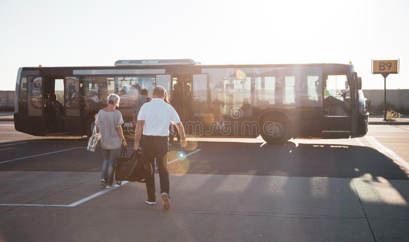 Flygplatsanslutningsbuss arkivfoto