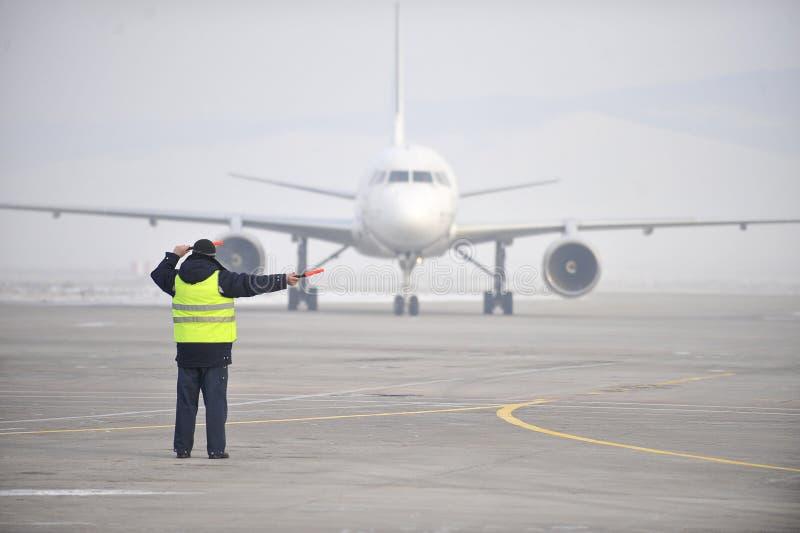 Flygplatsarbetarsignalerande arkivbilder