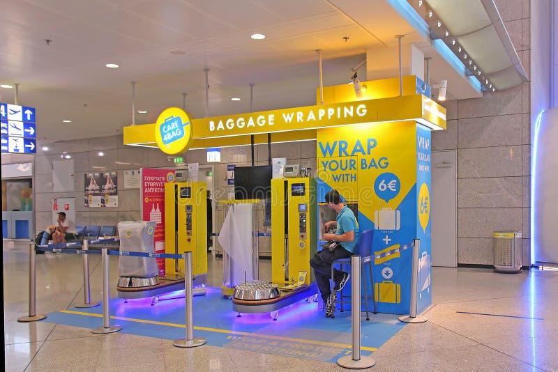Flygplatsbagage som slår in stationen arkivfoton