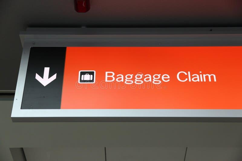 Flygplatsbagagebälte med rörande bagage i skarpa färger royaltyfria foton