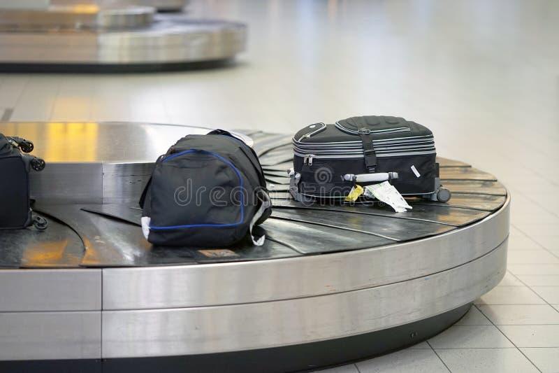 Flygplatsbagagebälte med rörande bagage i skarpa färger Abstrakt bagagelinje fotografering för bildbyråer