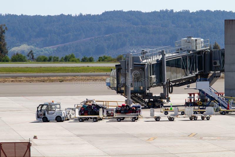 Flygplatsbagagesläp som väntar på den Santiago de Compostela flygplatsen arkivfoto