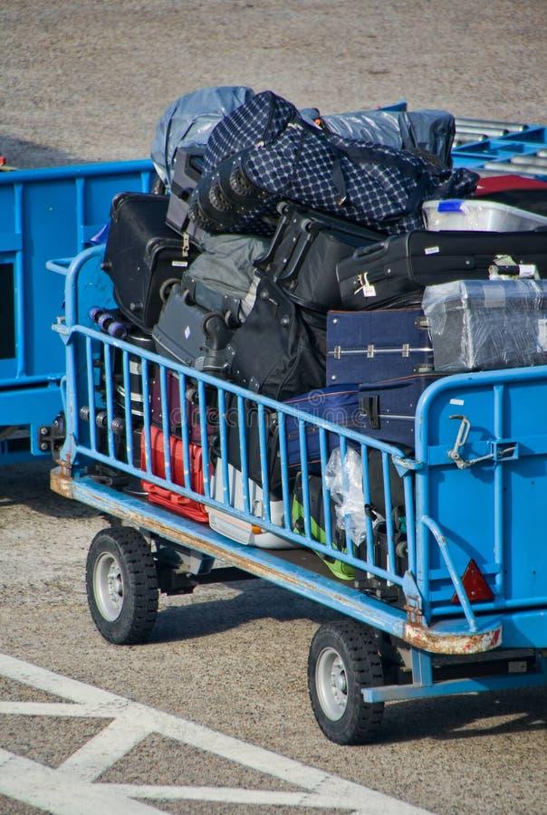 flygplatsbagagetrolley royaltyfri foto