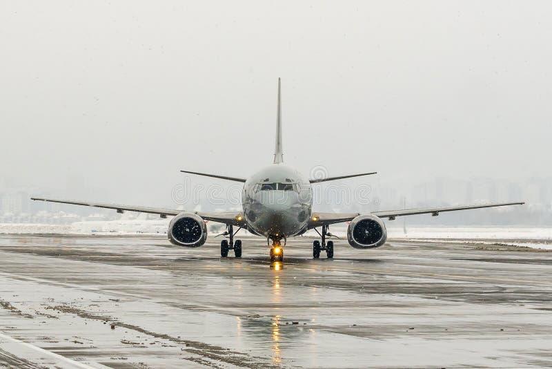 flygplatsdåligt väder Temaväder och fördröjning eller avbrutet flyg arkivfoto