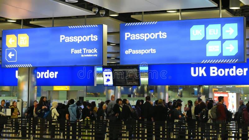 Flygplatsgränskontroll på Heathrow i UK royaltyfria foton