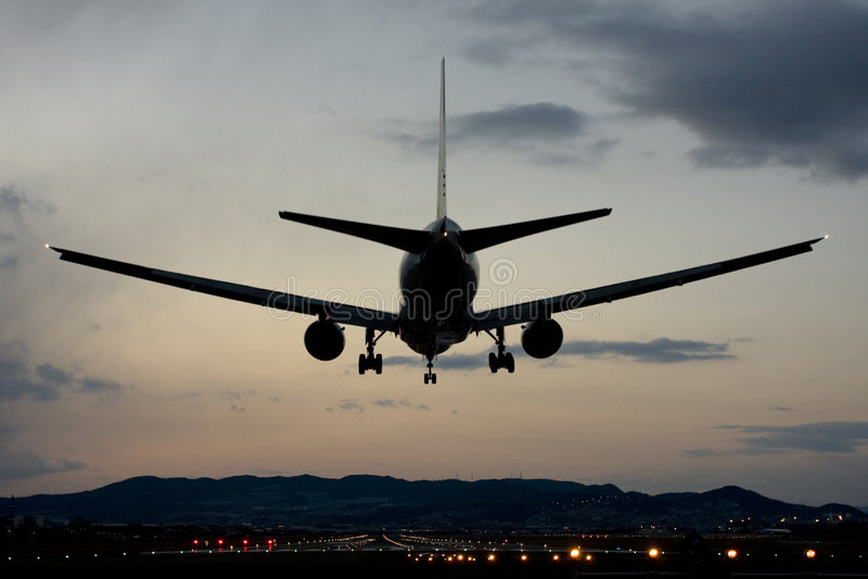 flygplatsitami landning osaka arkivfoton