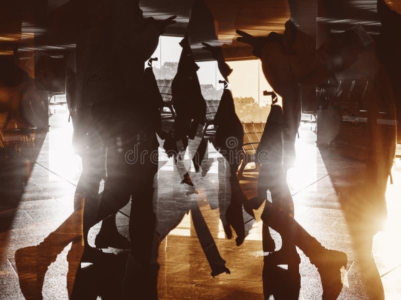 Flygplatskonturfolk som går porten royaltyfri bild