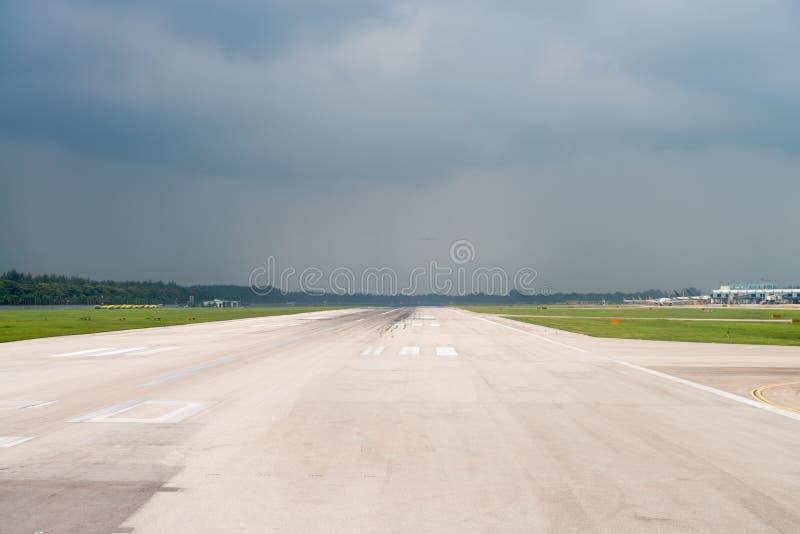 Flygplatslandningsbana under stormhimmel royaltyfria foton