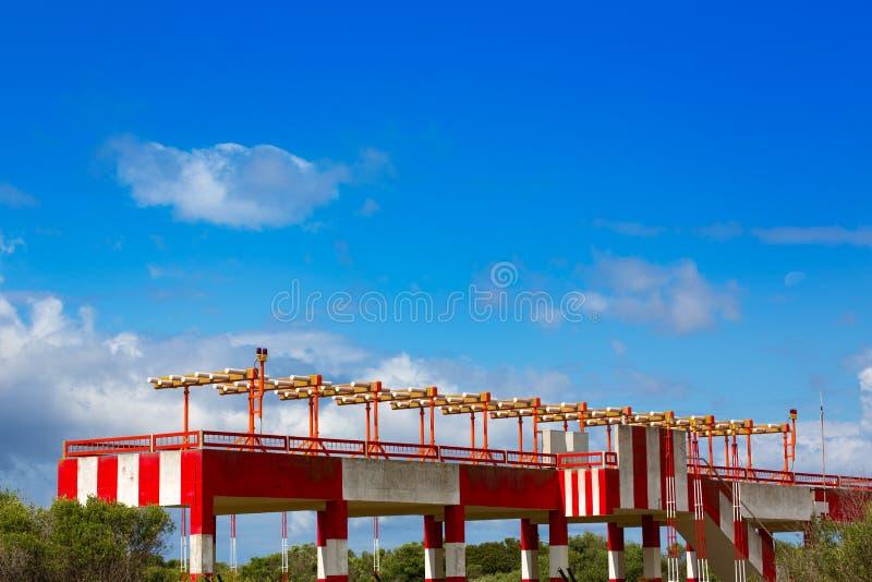 Flygplatsljus för flygplanslandning på blått fotografering för bildbyråer