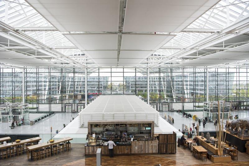 FlygplatsMunich sikt från stång till avdelningskorridoren royaltyfri fotografi