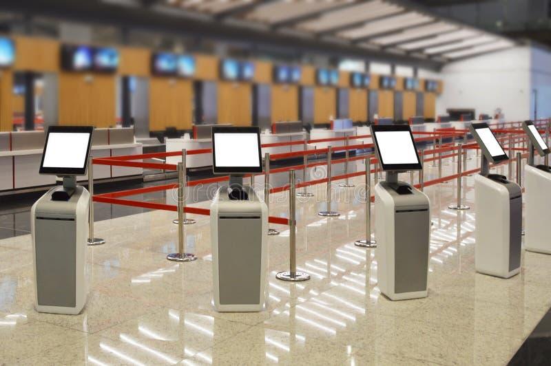 Flygplatsonline-själv - incheckningkiosk arkivfoto