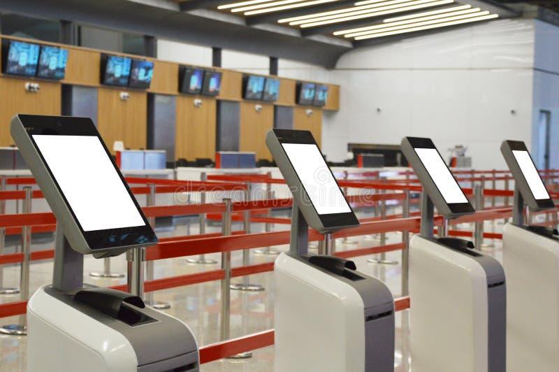 Flygplatsonline-själv - incheckningkiosk royaltyfri fotografi