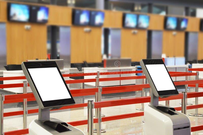 Flygplatsonline-själv - incheckningkiosk royaltyfria foton