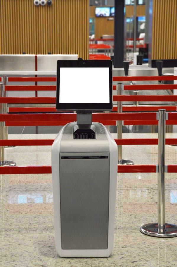 Flygplatsonline-själv - incheckningkiosk arkivbild