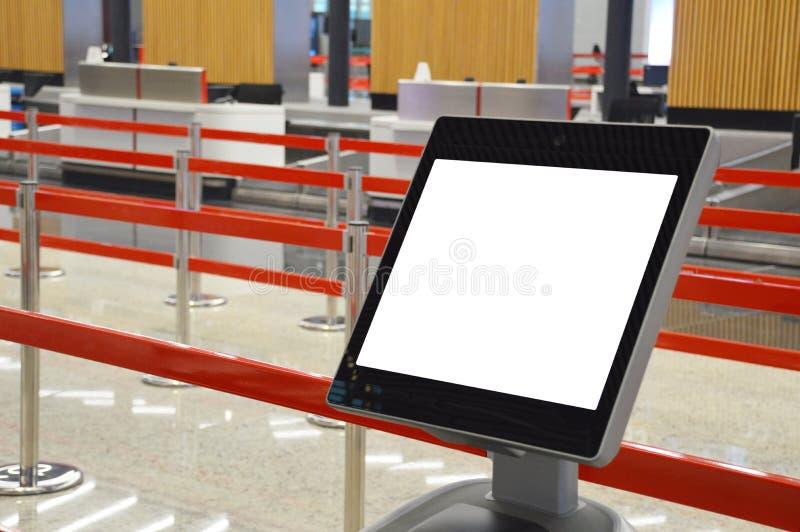 Flygplatsonline-själv - incheckningkiosk royaltyfri bild