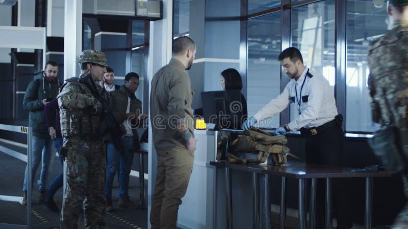 Flygplatssäkerhet som griper en misstänkt fotografering för bildbyråer