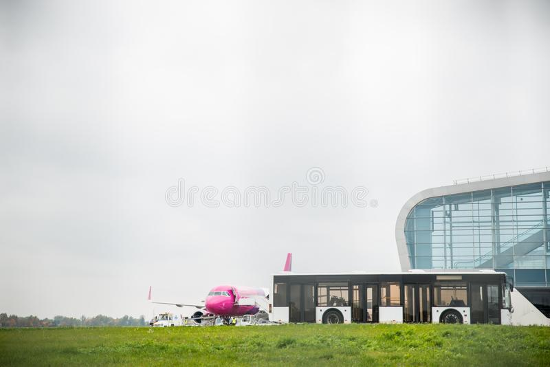 Flygplatssiktsbuss med den vanliga near terminalen arkivbild