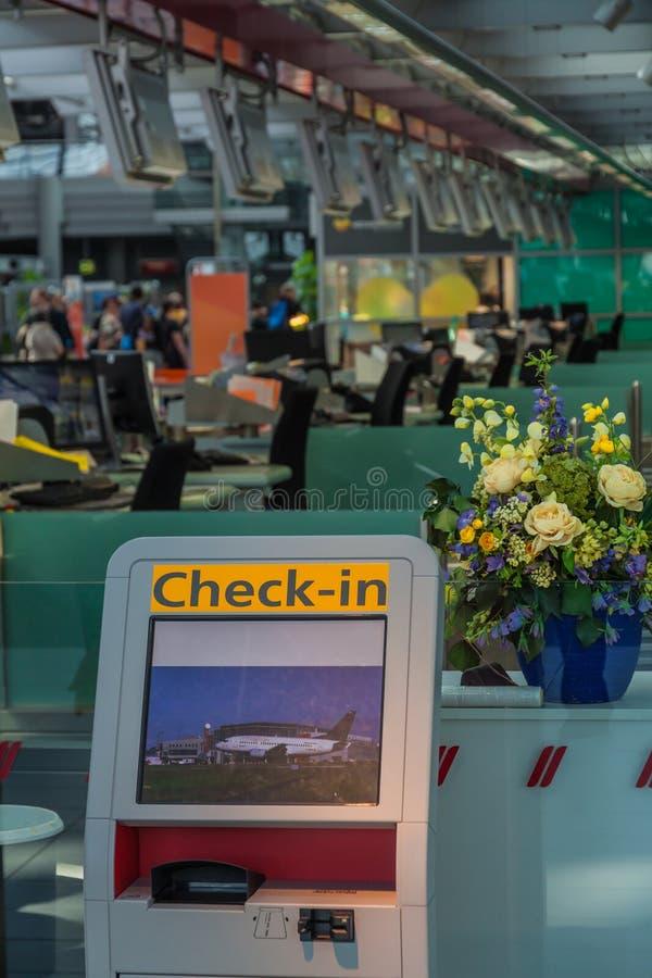 Flygplatssj?lvkontroll in fotografering för bildbyråer