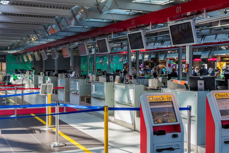 Flygplatssj?lvkontroll in royaltyfria bilder
