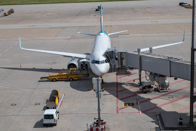 Flygplatsstrålparkering på porten som är klar för incheckning royaltyfria foton