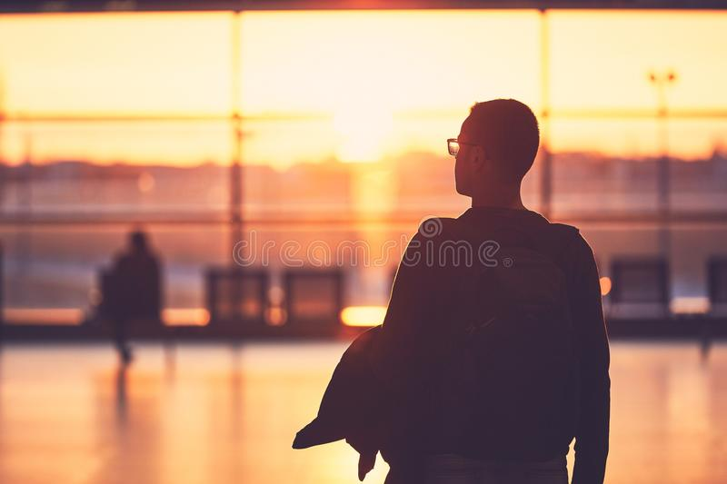 Flygplatsterminal på solnedgången royaltyfria bilder