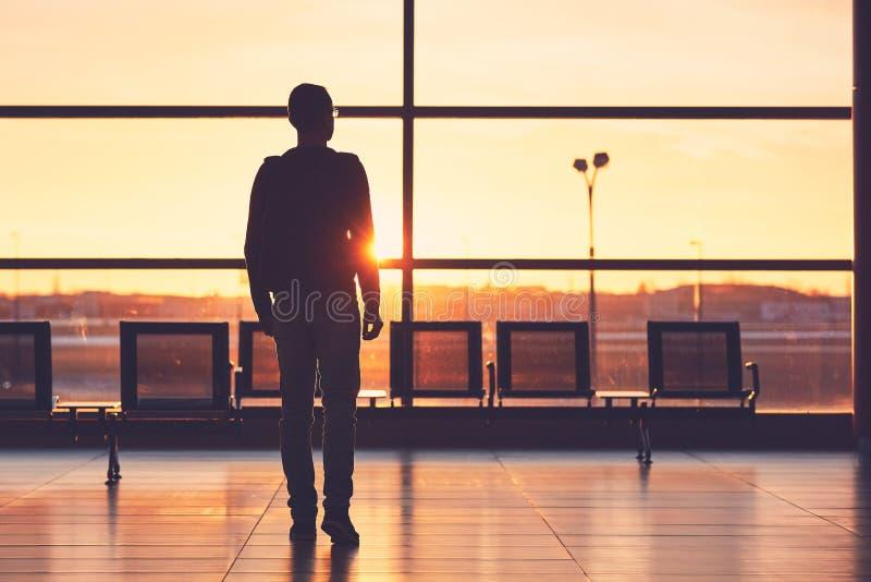 Flygplatsterminal på solnedgången royaltyfri bild