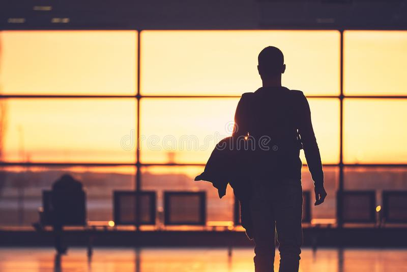 Flygplatsterminal på solnedgången arkivfoton
