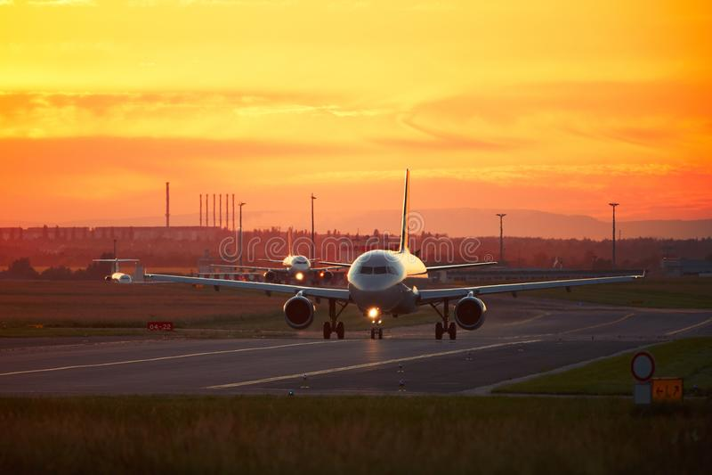 Flygplatstrafik på solnedgången arkivfoto