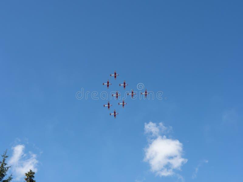 Flygshow av Patrouillen Suisse på de schweiziska fjällängarna arkivfoton