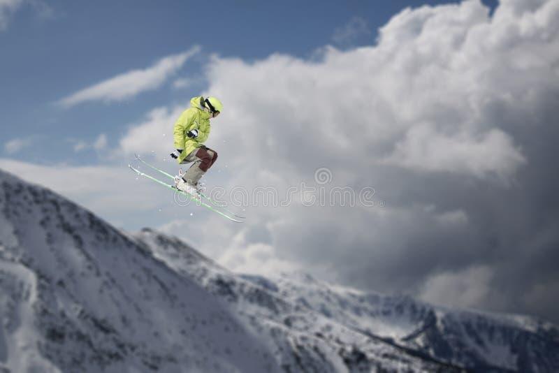 Flygskidåkare på snöig berg Den extrema vintersporten som är alpin skidar royaltyfria foton
