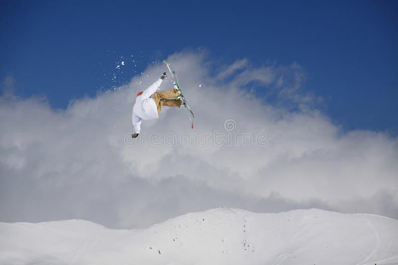Flygskidåkare på snöig berg Den extrema vintersporten som är alpin skidar royaltyfria bilder