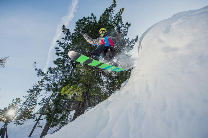 Flygsnowboarder i bergen royaltyfria bilder