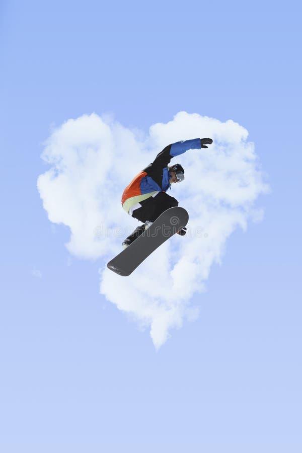 Flygsnowboarder på berg royaltyfria foton