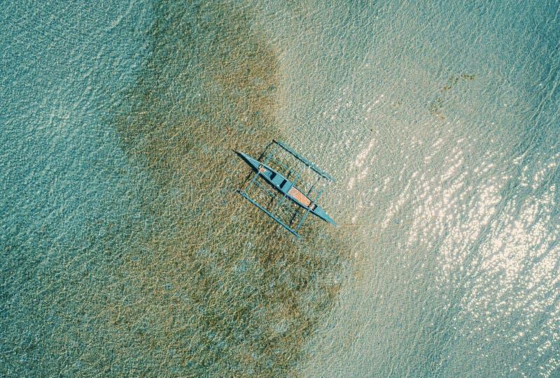 Flygtornvy över båten förankrad i bukten med klart och turkotiskt vatten på soldagen Båt i den tropiska lagunen Tropisk fotografering för bildbyråer