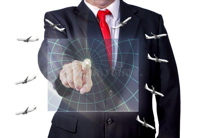 Flygtrafikkontrollant Touching ett hologram för datorskärm med flygplan som flyger i olika riktningar arkivfoto