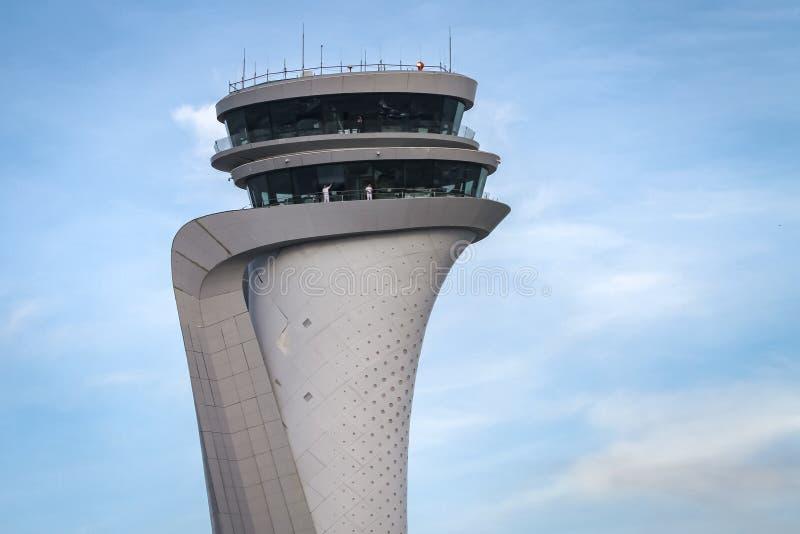 Flygtrafikkontrolltorn av Istanbul den nya flygplatsen royaltyfria bilder
