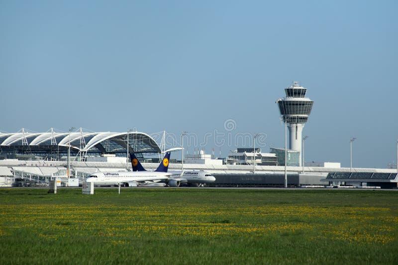 Flygtrafikkontrolltorn på den Munich flygplatsen arkivbilder