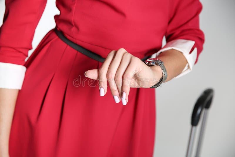 Flygv?rdinnan ser hennes klockan?rbild royaltyfria foton