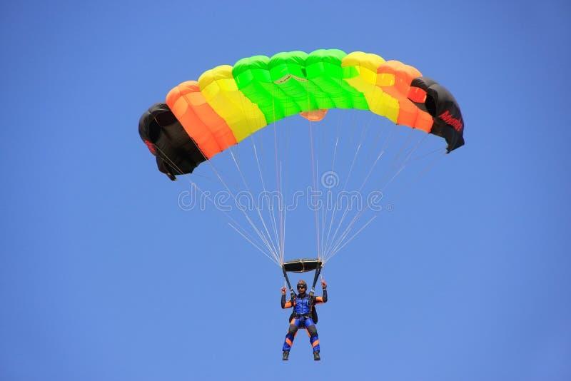 Flygvapensoldat som hoppar med fritt fall på ökenfestivalen i Jaisalmer, Ind royaltyfria foton