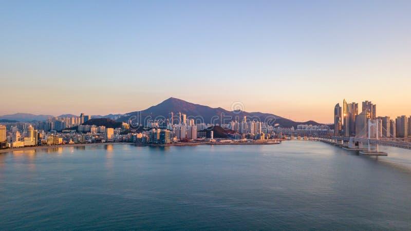 Flygvy över Gwangan Bridge i Busan City, Sydkorea royaltyfria foton