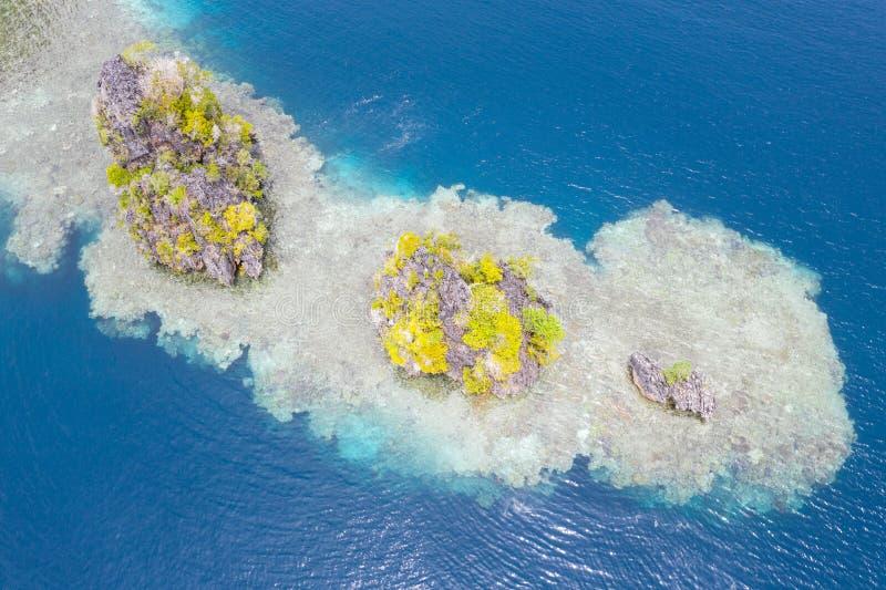 Flygvy över Limestone-öarna och omgivande korallrev fotografering för bildbyråer