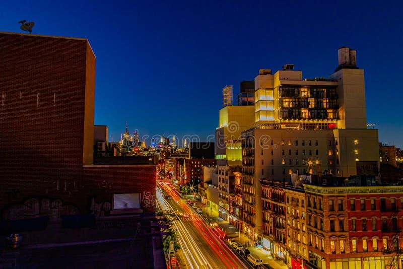 Flygvy Nattscen Bowery Street New York stad med billampor arkivbilder