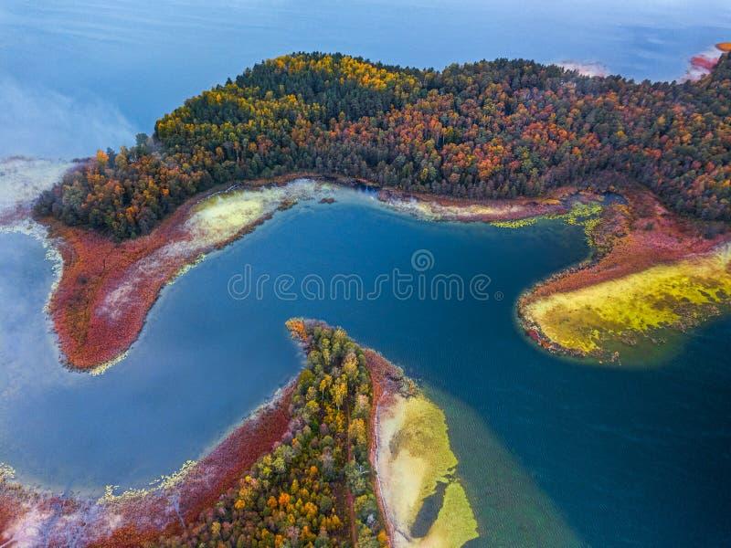 Flygvyn över sjön med kapslar och böjningar arkivbild