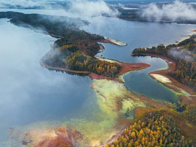 Flygvyn över sjön med kapslar och böjningar arkivfoto