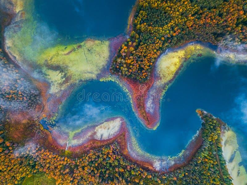 Flygvyn över sjön med kapslar och böjningar arkivbilder