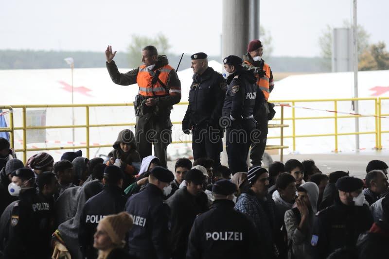 Flyktingar i Nickelsdorf, Österrike arkivbild