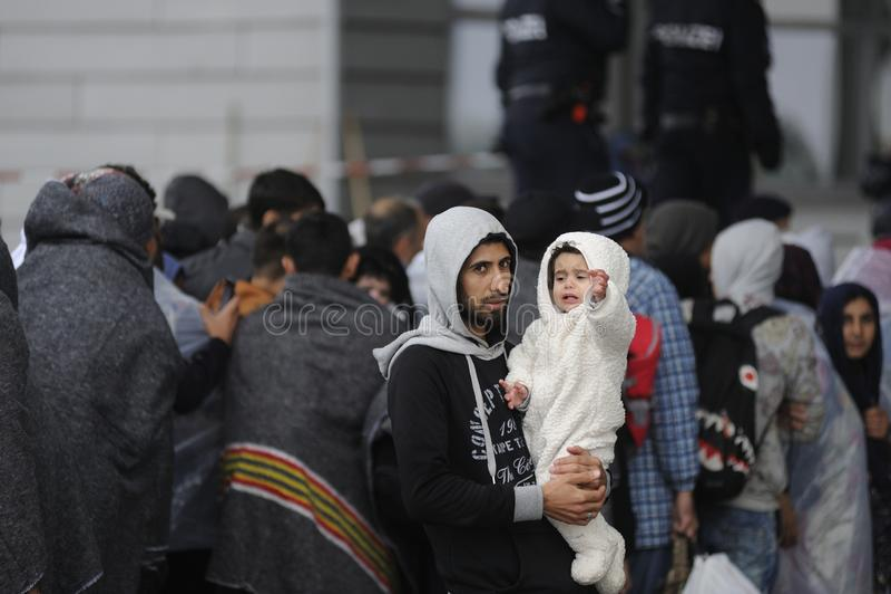 Flyktingar i Nickelsdorf, Österrike arkivfoto