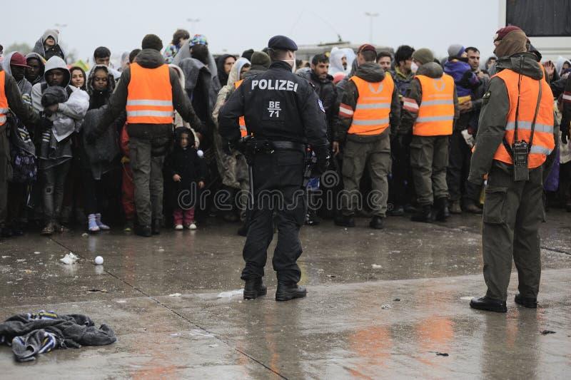 Flyktingar i Nickelsdorf, Österrike royaltyfri foto